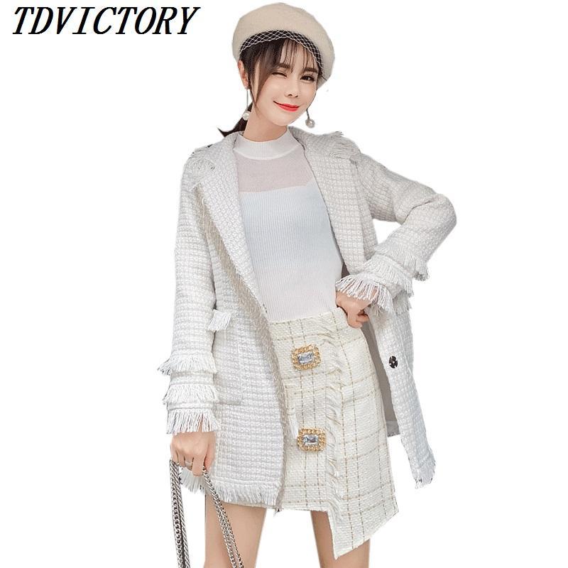 5b035cd851 Compre Tweed Branco 2 Peça Set Mulheres Borla Jaqueta E Saia 2018 Inverno  Lapela Longo Casaco De Lã + Diamantes Xadrez Botão Mini Saia Terno De  Boniee