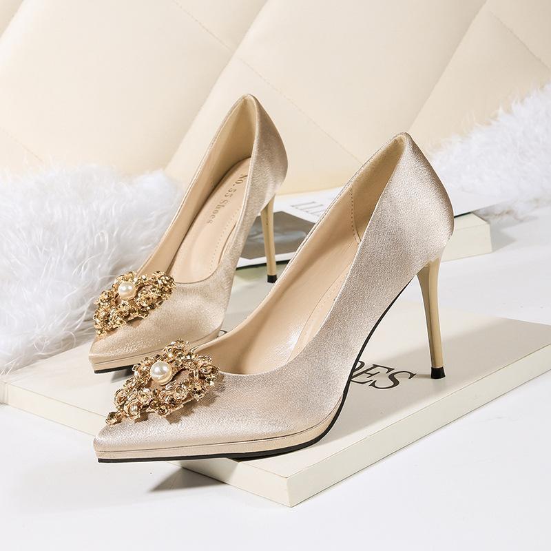 150574a98 Compre Dedo Apontado Sapatos De Casamento Pérola Rhinestone Noiva 2018  Outono Sapatos De Salto Alto Mulheres Partido Sapatos De Prata De Ouro  Preto Sapato ...