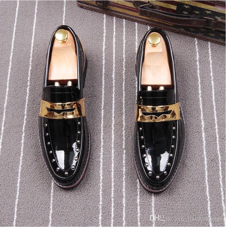 2018 новый стиль весна заклепки мода мужчины указал патент мокасины блестящие мужчины кожаные квартиры Оксфорд острым носом кожаные свадебные туфли L60