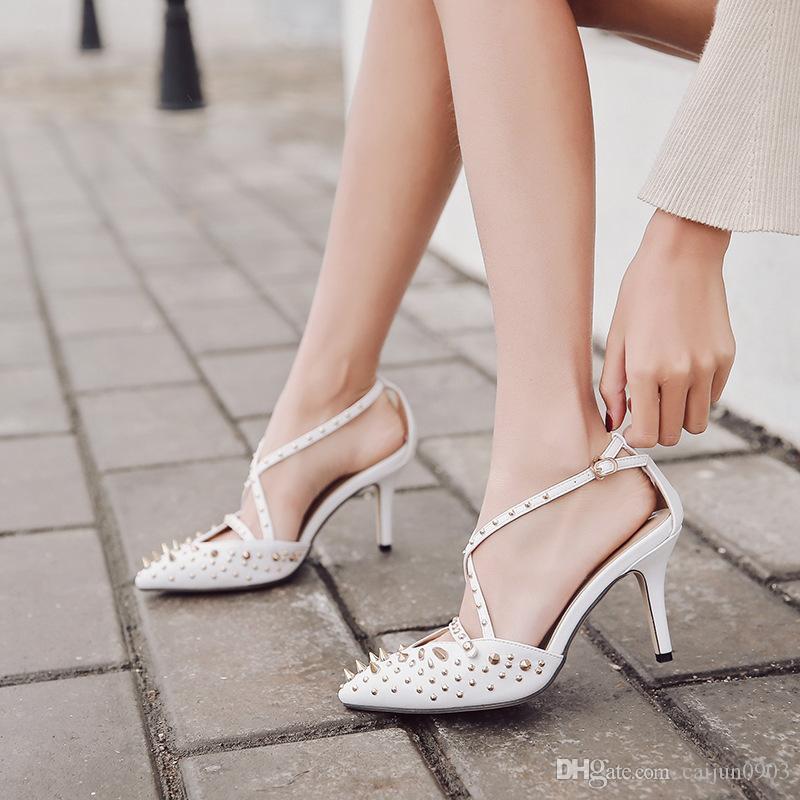 En la primavera de 2018, el remache puntiagudo de las chicas de moda está formado por sandalias huecas y tacones altos.