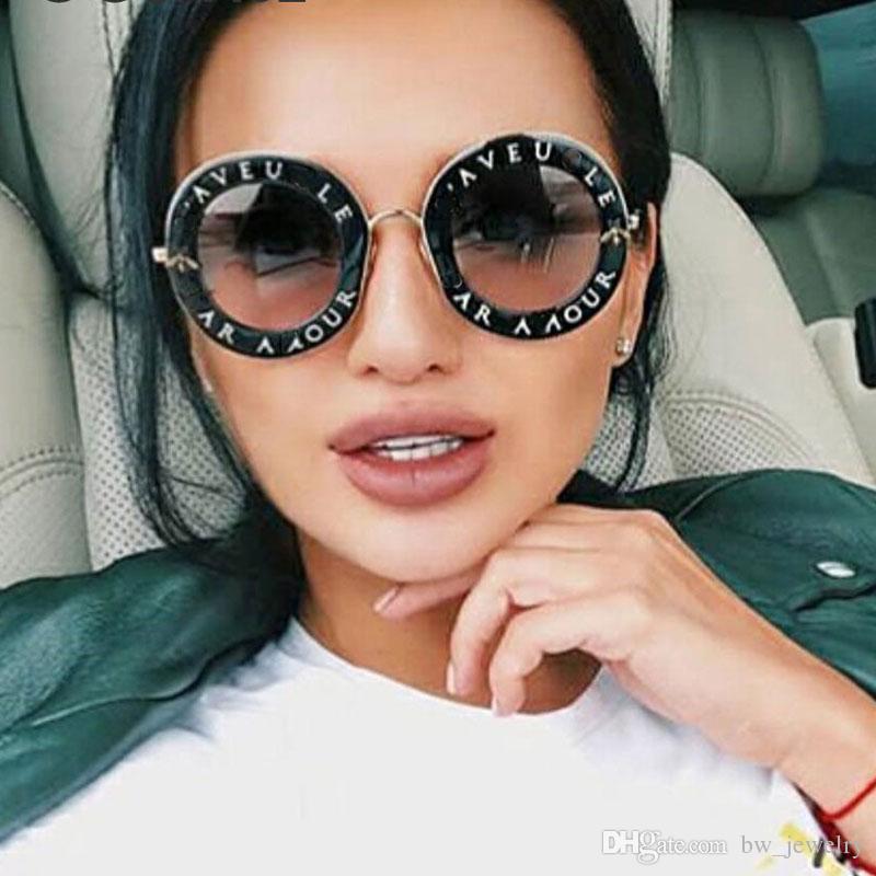 2b5d680c1400e Retro Rodada Óculos De Sol Das Mulheres Designer De Marca Letras Em Inglês  Abelha De Metal Quadro Círculo Óculos de Sol Moda Feminina Shades Oculos