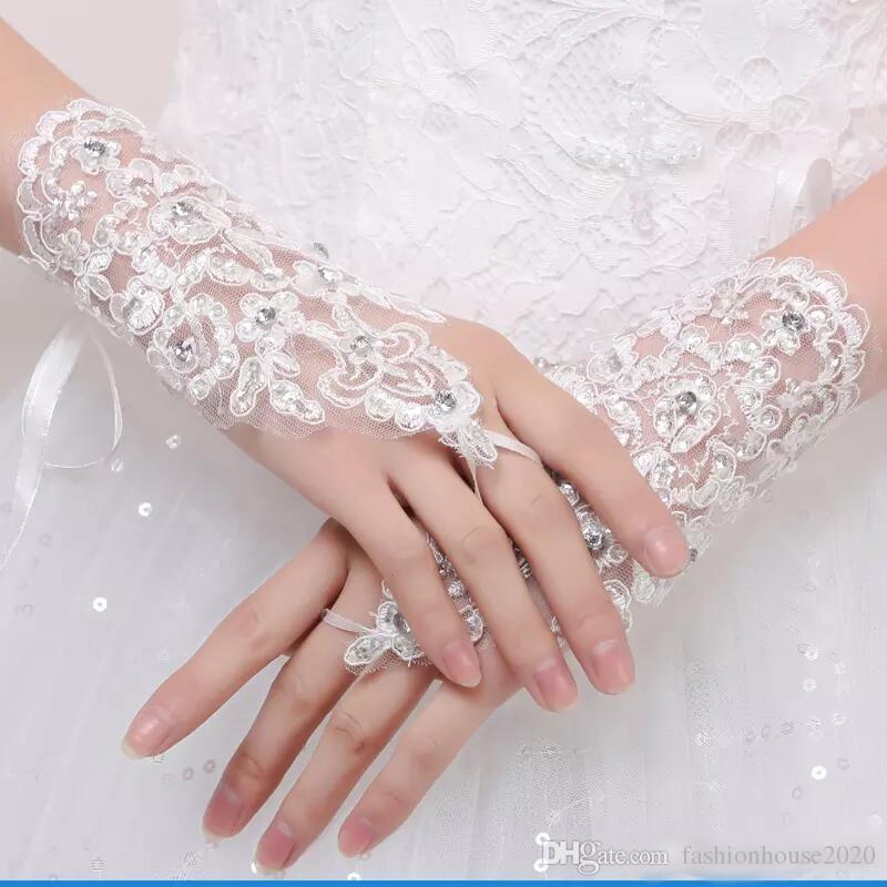 2018 Kurze Spitze Applikationen Ring Finger Brauthandschuhe Hochzeit Handschuhe Perlen Kristalle Drei Farbe Hochzeit Zubehör Handgelenk Länge Für Braut