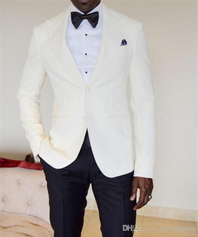 Custom Made Ucuz Fildişi Erkekler Düğün Takımları Iki Parçalı Groomsmen Smokin Siyah Doruğa Yaka Iki Düğme Erkekler Parti Suit Ceket + Pantolon + Kravat