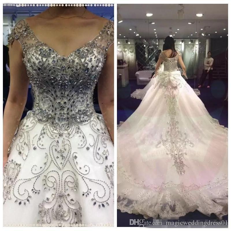 2018 de lujo con cuentas de diamantes de imitación de cristal una línea de vestidos de novia personalizados con cordones con la espalda del arco real de la boda vestidos de novia apliques de encaje