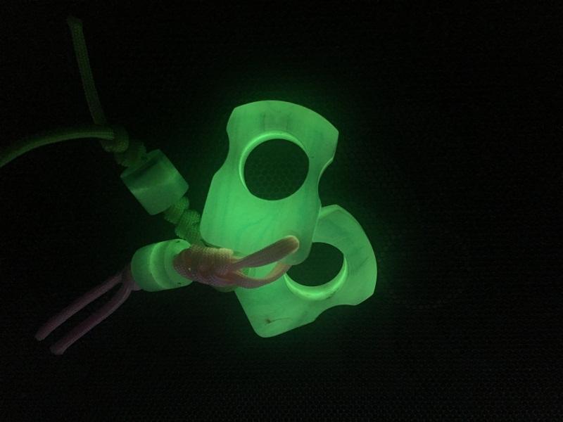 NOUVELLE tendance bague unique Fluorescence spécial Poinçon d'autodéfense en plein air Boucle Poche de survie Doigts EDC Outils multi-coldplay