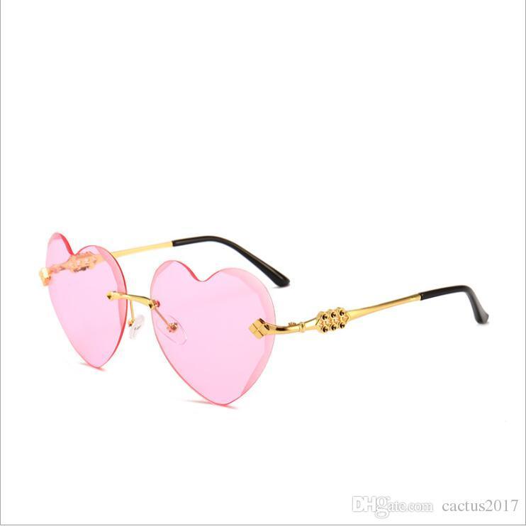 Compre Design De Marca Nova Moda Sem Aro Em Forma De Coração Óculos De Sol  Mulheres Arco Íris Gradiente Sem Aro Em Forma De Coração Mulheres Óculos De  ... 0dff823dd3
