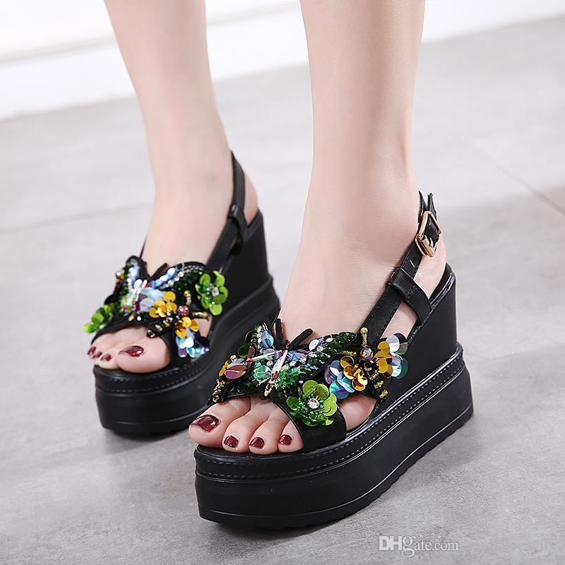 c5af8bdd9d6 Compre Flor Con Lentejuelas Eslinga Espalda Plataforma Alta Cuñas Tacones  Zapatos Negro Blanco 2018 Tamaño 34 A 39 A  35.3 Del Vivishoescity