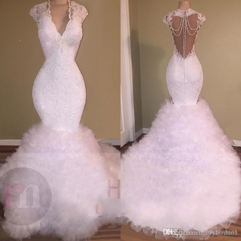 Nuevos vestidos de fiesta blancos con cuello en V atractivos Sirena 2018 apliques de encaje Cristal de cuentas sin respaldo Barrido tren Tul Puffy con gradas vestidos de fiesta