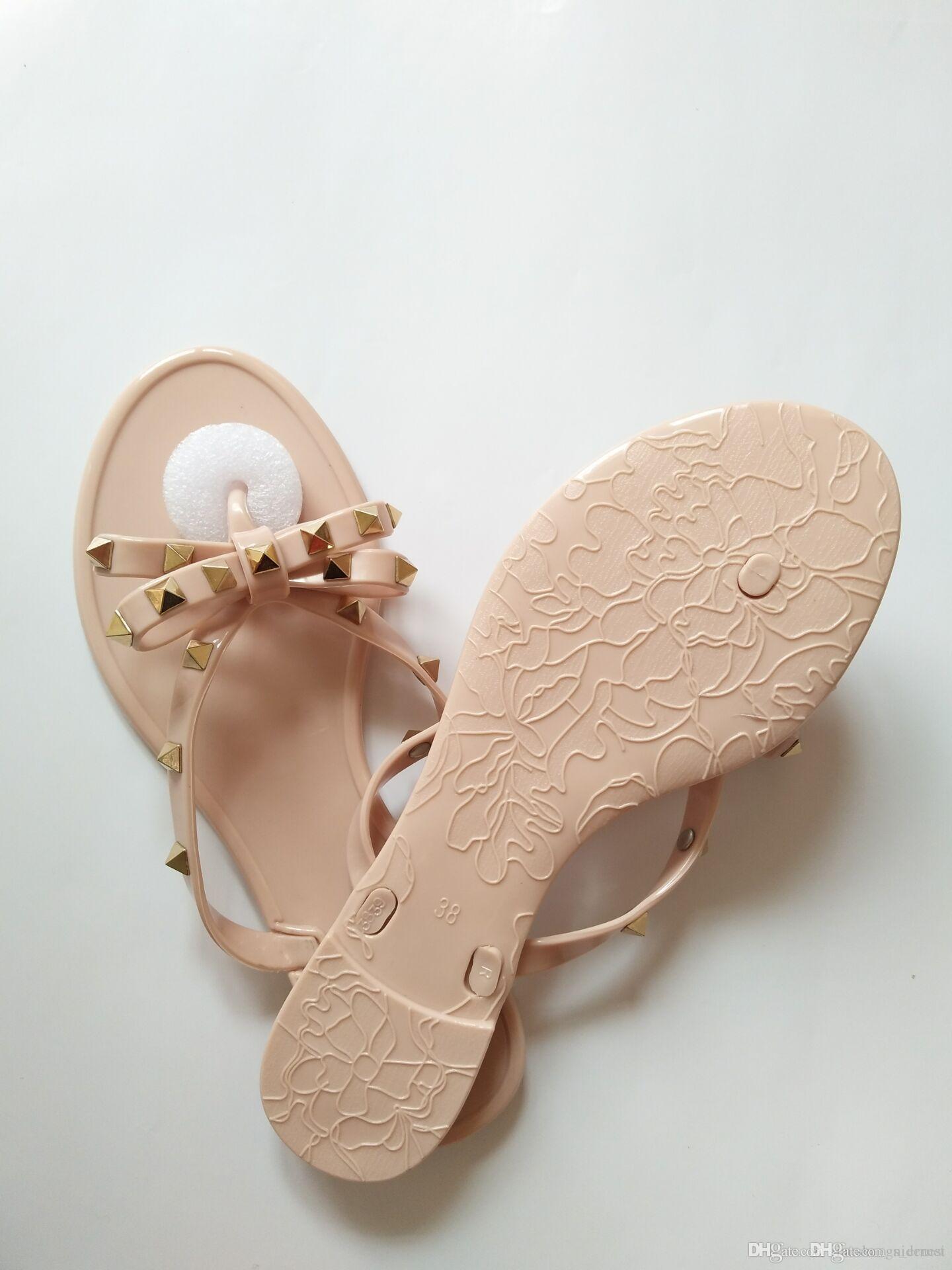 Nuevo 2018 Mujer Sandalias de verano Remaches grandes bowknot Chanclas Playa Sandalias Femininas Jelly Flat Sandalias de diseño