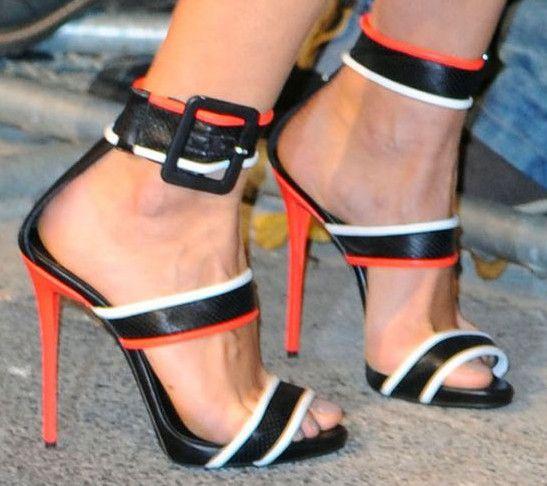 2018 europäischen und amerikanischen hochhackigen Bannfarbe Farbe Wort Schnalle Laufsteg zeigen Catwalk dünne Riemen Schuhe Mode aus echtem Leder Frauen Sandalen
