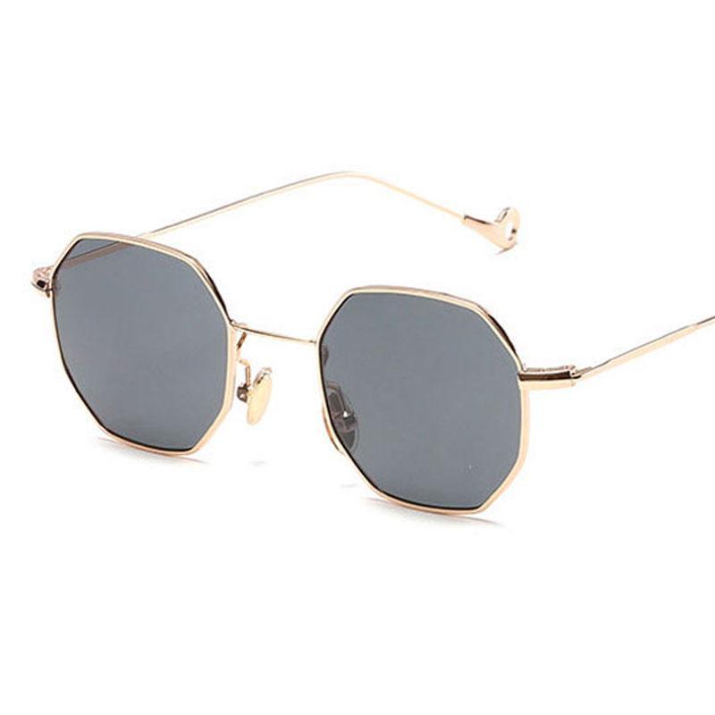 0d79be3d5 Compre MENINA Designer De Mulheres Óculos De Sol Do Vintage Retro Quadrado  De Metal 2019 Nova Ultra Luz Pequeno Quadro Óculos 13 Cores Simples  Acessórios ...