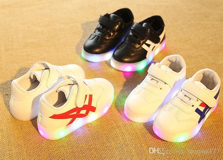 9791142b077395 Großhandel Patchwork Kinderschuhe Mit Led Beleuchtung Bunte Leuchtende Baby  Mädchen Jungen Schuhe Sport Läuft Kinder Turnschuhe Von Xiatiandefeng00