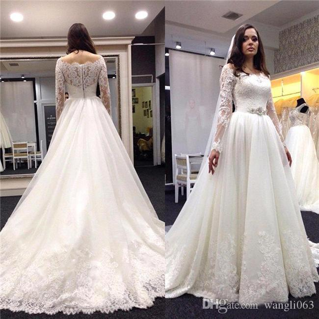 Fuera del hombro Vestidos de novia de manga larga con encaje Marfil Con pliegues con cuentas Corte de tul Tren A Line Botones cubiertos de novia