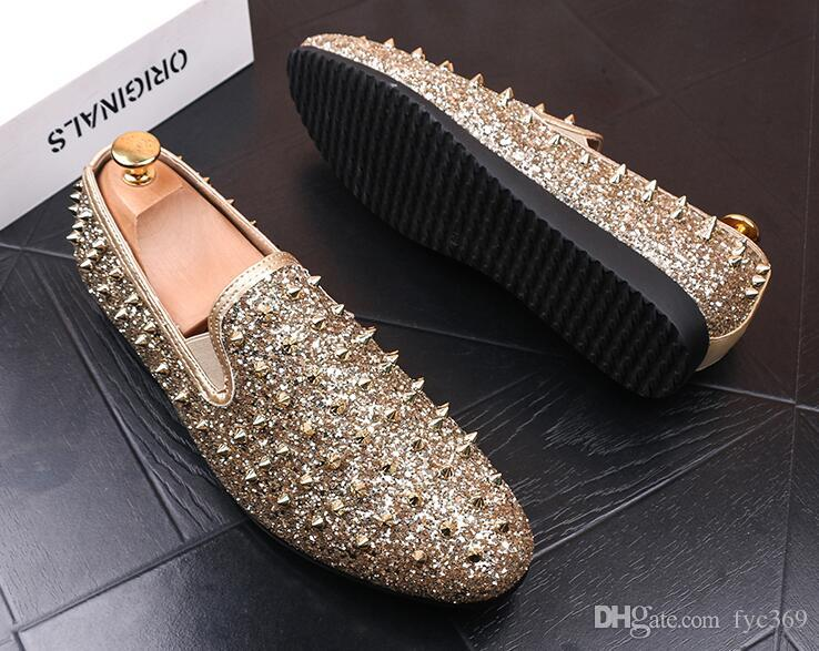 Diseñador de la marca de lujo Mocasines de los hombres Flats Glittering tudded Rivet Spike Vestido de los hombres Zapatos Slip On Sapato Feminino Male Homecoming Shoes