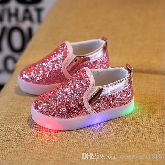 697f4f787 Compre 2018 Niños Brillantes Zapatillas De Deporte Bebés Niñas Luz LED  Zapatos Niño Antideslizante Brillo Lentejuelas Deportes Zapatos Casuales A   12.19 Del ...