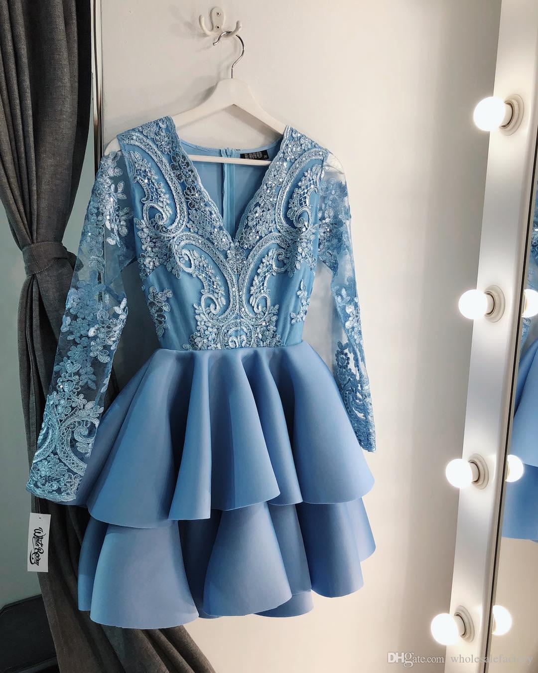 Azul claro con cuello en V Encaje Una línea Vestidos de Fiesta Mangas largas Apliques en niveles Vestidos de fiesta de cóctel de fiesta corta