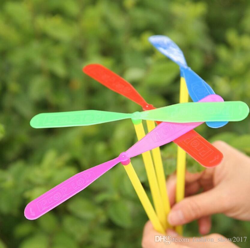 Novidade Plástico Bambu Hélice Da Libélula Ao Ar Livre Helicóptero Voador Brinquedos para Crianças Pequenas Favores Do Partido Do Presente para Crianças