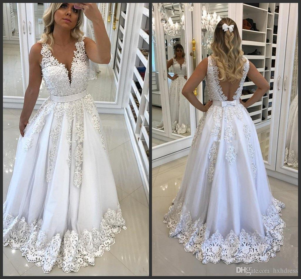 Großhandel 18 Neue Schöne Weiße Frauen Abendkleider Für Recepition Mit  Bogen Rückenfreie Spitze Appliques Sexy V Ausschnitt Prom Dress Perlen