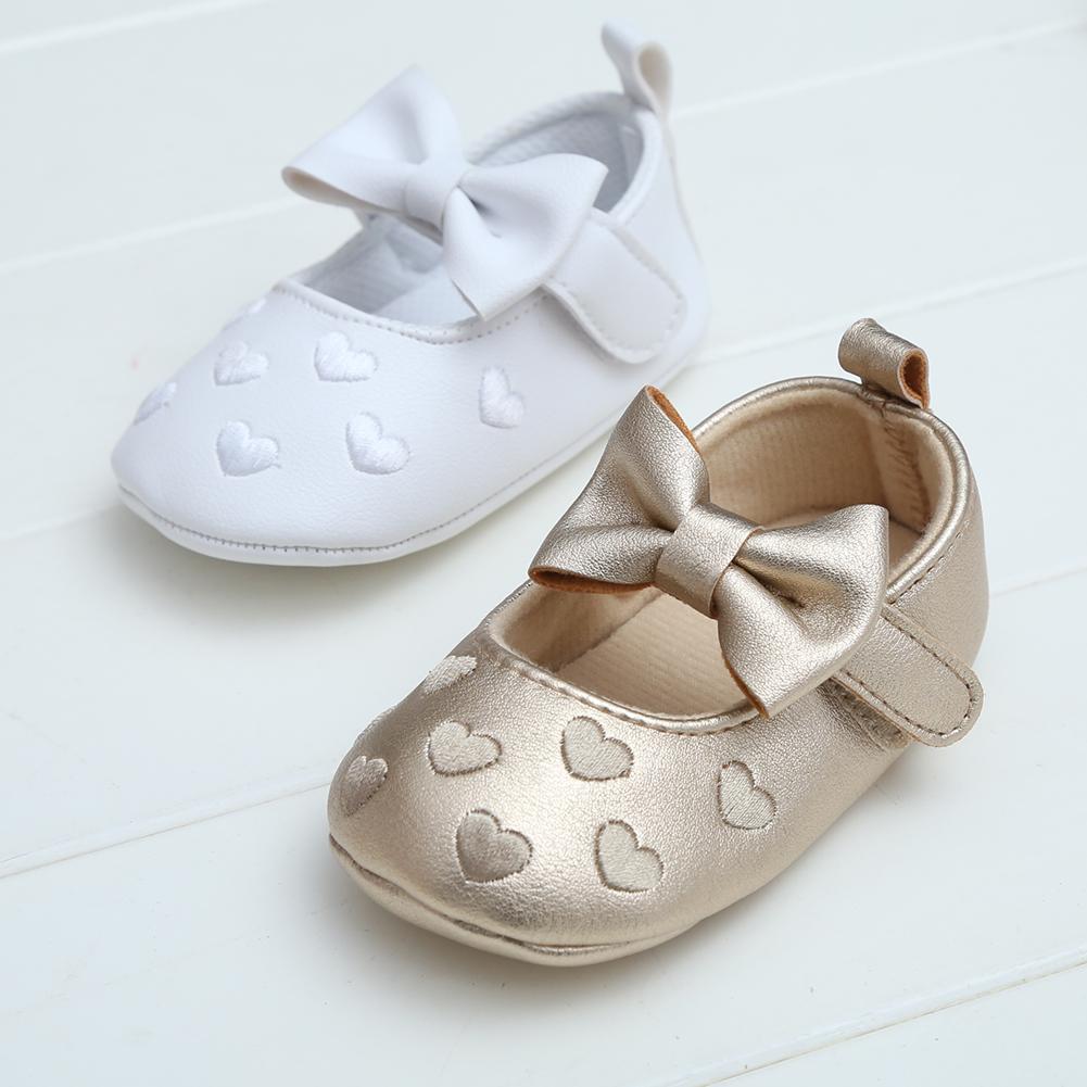 49fae6c6dab Compre Zapatos De Bebé 2018 Zapatos De Niña Recién Nacida Princesa Lunares  Con Flores Algodón Suave Niño Cuna Infantil Niño Pequeño Suela R8287 A   34.75 Del ...