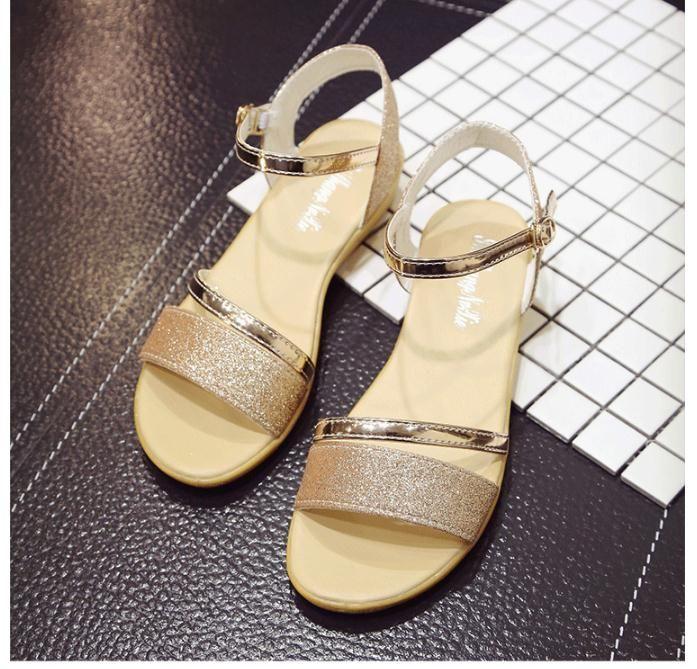 منحدر جديد الصيف مع الصنادل الإناث 2018 كلمة مشبك الأحذية المسطحة البرية الترفيه الجانب