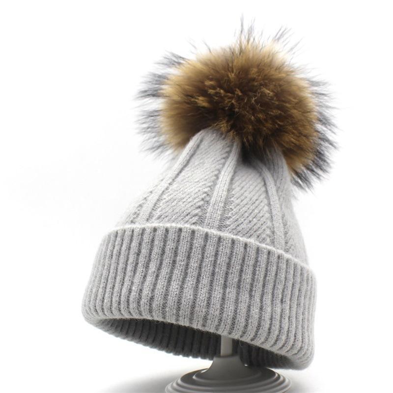 acb498c40fa3 2018 Nuevo Pompon Skullies sombreros con la bola de piel de mapache natural  Mujeres Invierno visón gorros de punto Skullies caliente Pompom Cap