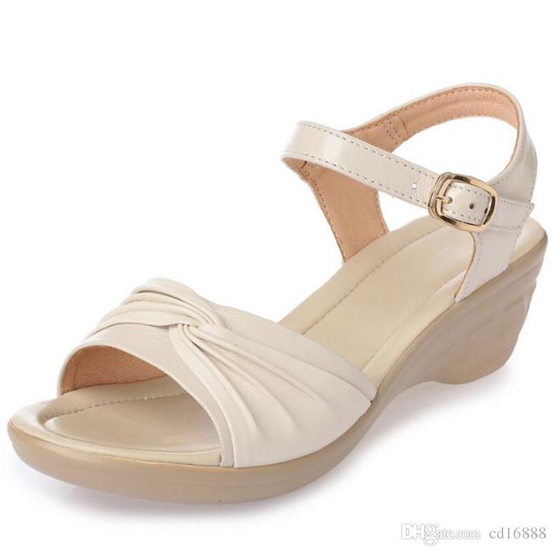 Sandalias de mujer de verano de gran tamaño suave abajo 2018 Nuevas sandalias de cuñas cómodas antideslizantes Zapatos de cuero genuino sandalias de mujer Zapatos de moda