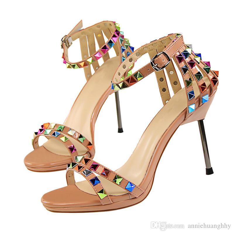유럽과 미국 스타일 섹시한 여성 신발 하이힐 여성 샌들 컬러 리벳 컷 - 아웃 여름 7 색 여름 샌들