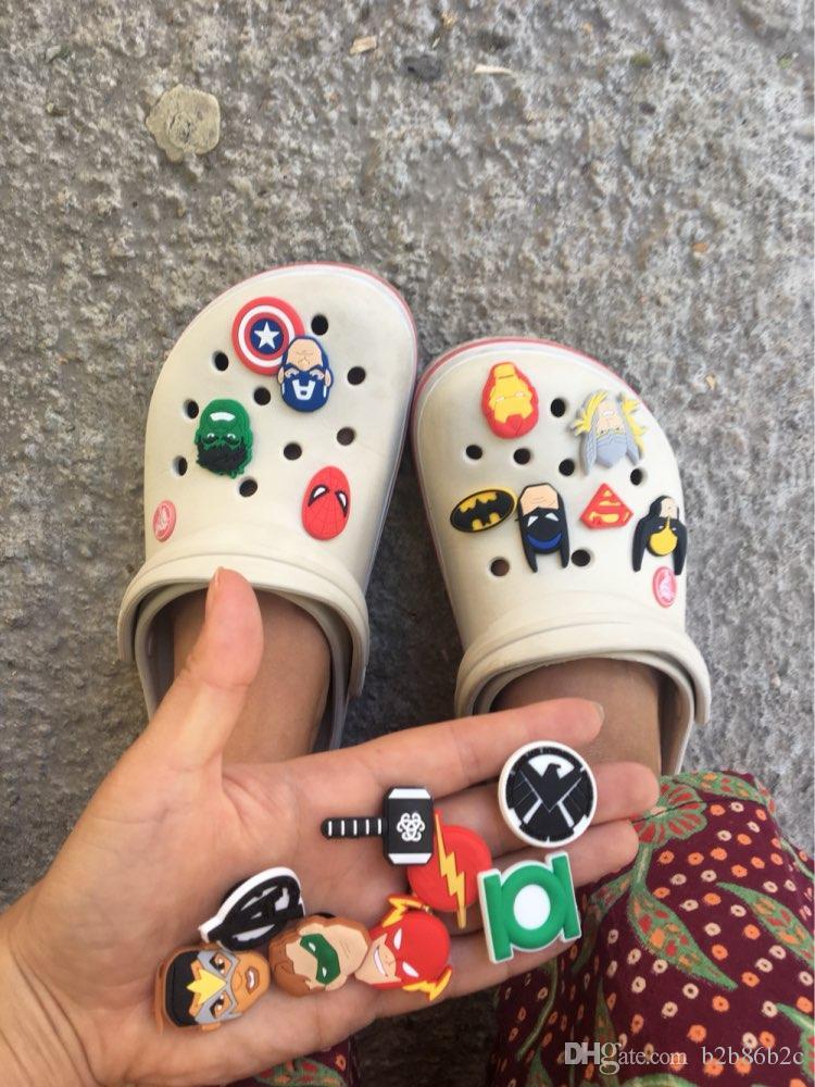 1000 stücke Avenger Einhörner Zahlen Alphabet PVC Schuh Charme Schnallen Fit Croc ShoesWristbands Mode-accessoires Kinder Weihnachten Party Geschenk