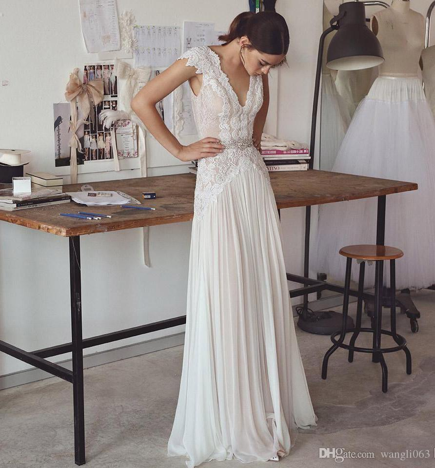 Vestidos de novia de encaje Boho Vestidos de novia sin espalda con bohemio, manga corta y falda plisada con cuello en pico Elegantes vestidos de novia de una línea de espalda baja