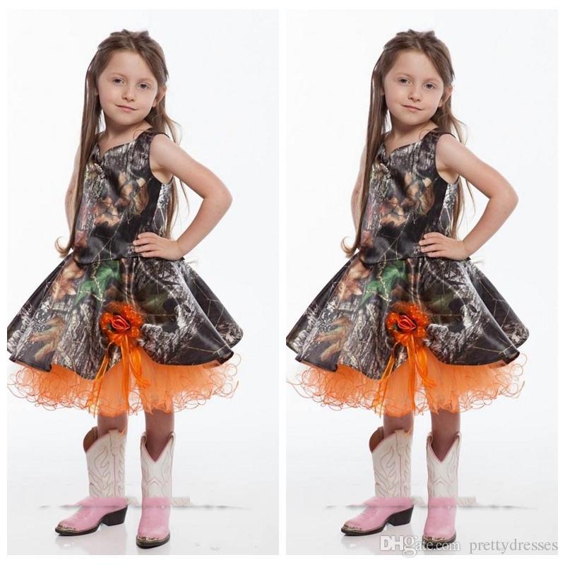 La ragazza poco costosa del fiore di Camo degli spaghetti svegli si veste i fiori fatti a mano di lunghezza del ginocchio ha ornato le ragazze su ordinazione degli abiti del partito della festa nuziale delle ragazze arancio