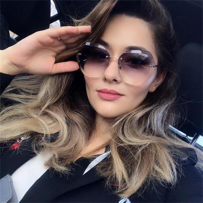 Compre Moda Mulher 2018 Marca De Luxo Sem Aro Óculos De Sol Feminino  Gradiente Carstal Óculos De Sol Para As Mulheres De Grandes Dimensões Do  Vintage Óculos ... 2a5cf8ad4c