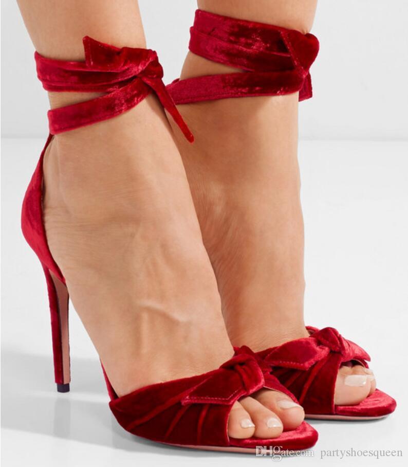 84986034cf Compre 2018 Mulheres Da Moda Sandálias De Veludo Vermelho Sapatos De  Casamento Sexy De Salto Alto Sandálias De Salto Fino Gladiador Sandálias De  Festa ...
