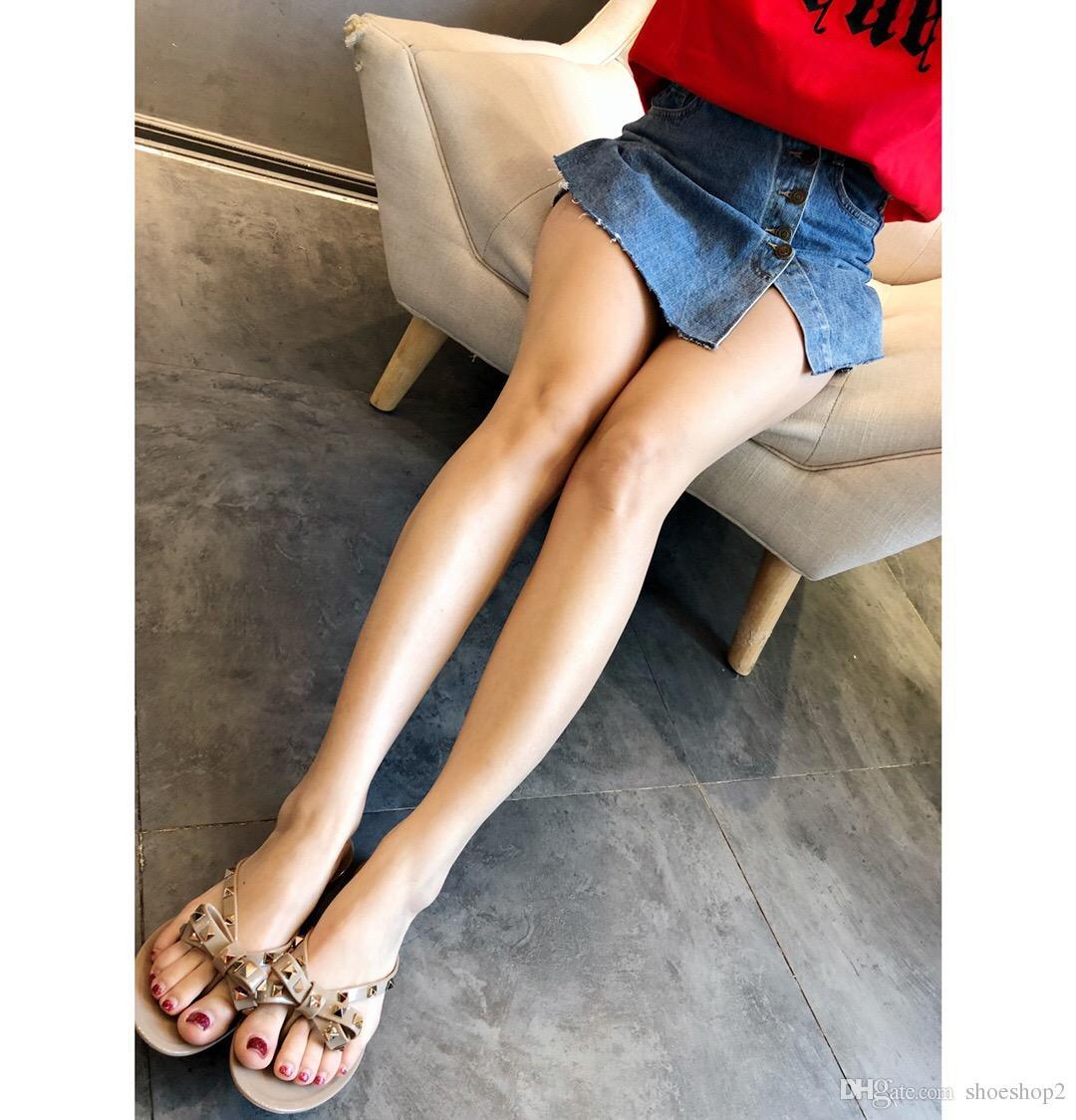 Nuevas mujeres del verano Chancletas Sandalias planas Arco remache Moda Pvc Crystal Beach Shoes