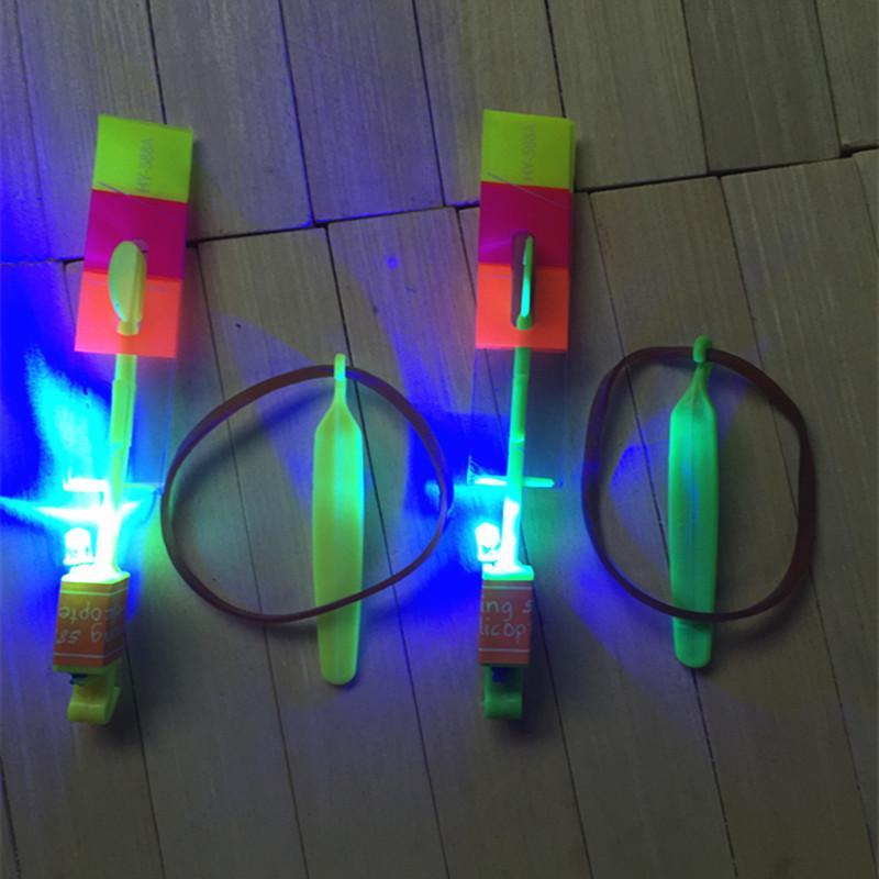 Flash Copter Amazing LED Light Up Nouveauté Enfants Jouets LED Flying Arrow Hélicoptère pour Sports Drôle Slingshot Space UFO Jouet Lumière Volante