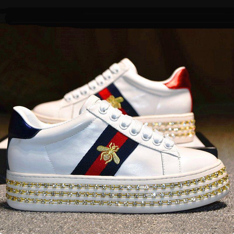 4cd8c1d82 Compre Nova Moda Sapatilha Ace Com Cristais Mulheres Sapatos De Grife  Sapatos De Plataforma De Couro Real Sapatos Femininos De Luxo Com Bordado  Abelha Amei ...