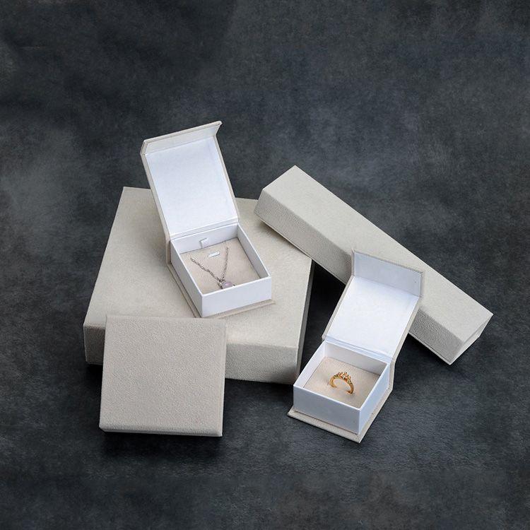 Bracciale dell'anello del pendente dei monili del velluto Confezione di cartone Gift Box Crema colore del braccialetto Orecchini Carta da imballo Case New Idea Imballaggio