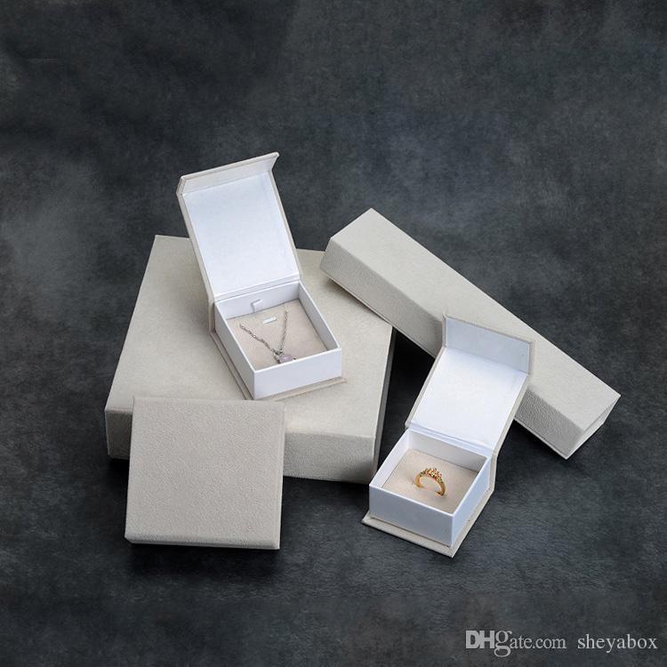 Velours Emballage Carton Cadeau Boîte Crème Couleur Bijoux Bracelet Bracelet Boucle D'oreille Pendentif Anneau D'emballage Cas De Papier Nouvelle Idée D'emballage