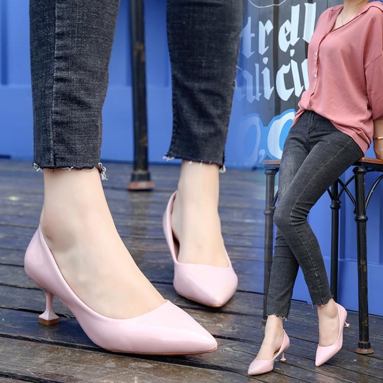 e6cc113513 Compre Senhoras Bombas 2018 Sapatos Mulher Saltos Baixos Das Mulheres  Tamancos De Couro Estiletes De Tamanho Grande Designer Rodada Formal Grande  Inverno De ...