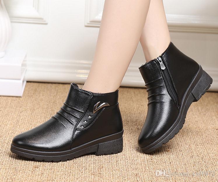 Botas de invierno nuevas botas de nieve en las botas de mujer anciana