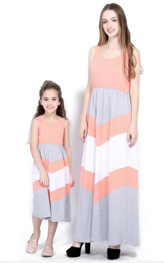 90c238429e1059 Großhandel 2018 Mutter Tochter Kleider Sommer Stlye Familie Aussehen  Kleidung Mutter Und Tochter Kleid Reine Farbe Streifen Spleißen Kleid Kleid  Mama Und ...