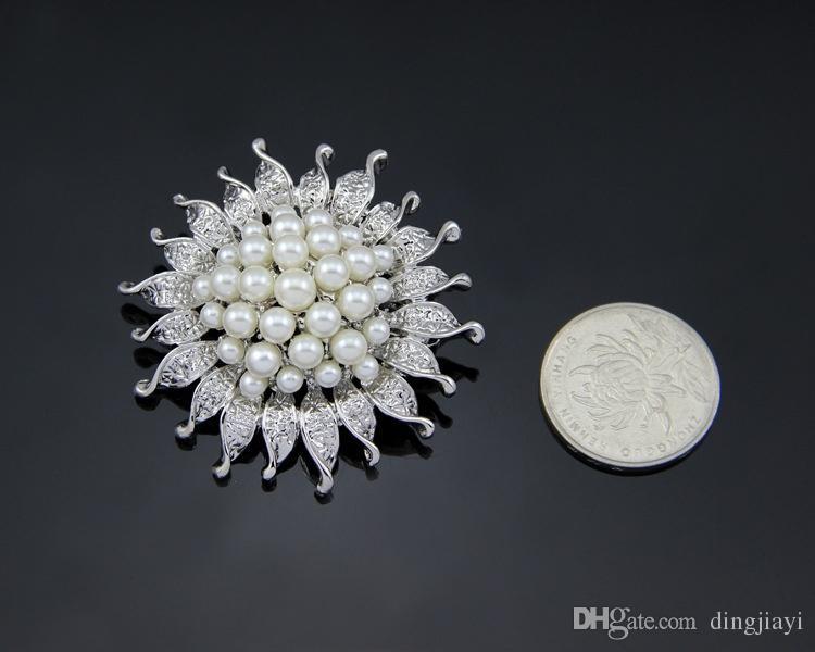 En ucuz Yüksek Kalite Platin Gümüş Kaplama Çiçek Beş Krem Beyaz Benzetilmiş İnci Broş Buket Düğün için