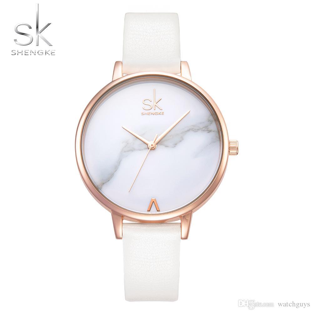 ad2d49d7ec2 Compre Shengke Top Marca De Moda Feminina Relógios De Couro Feminino Relógio  De Quartzo Das Mulheres Fina Casual Strap Assista Reloj Mujer Dial De Mar .