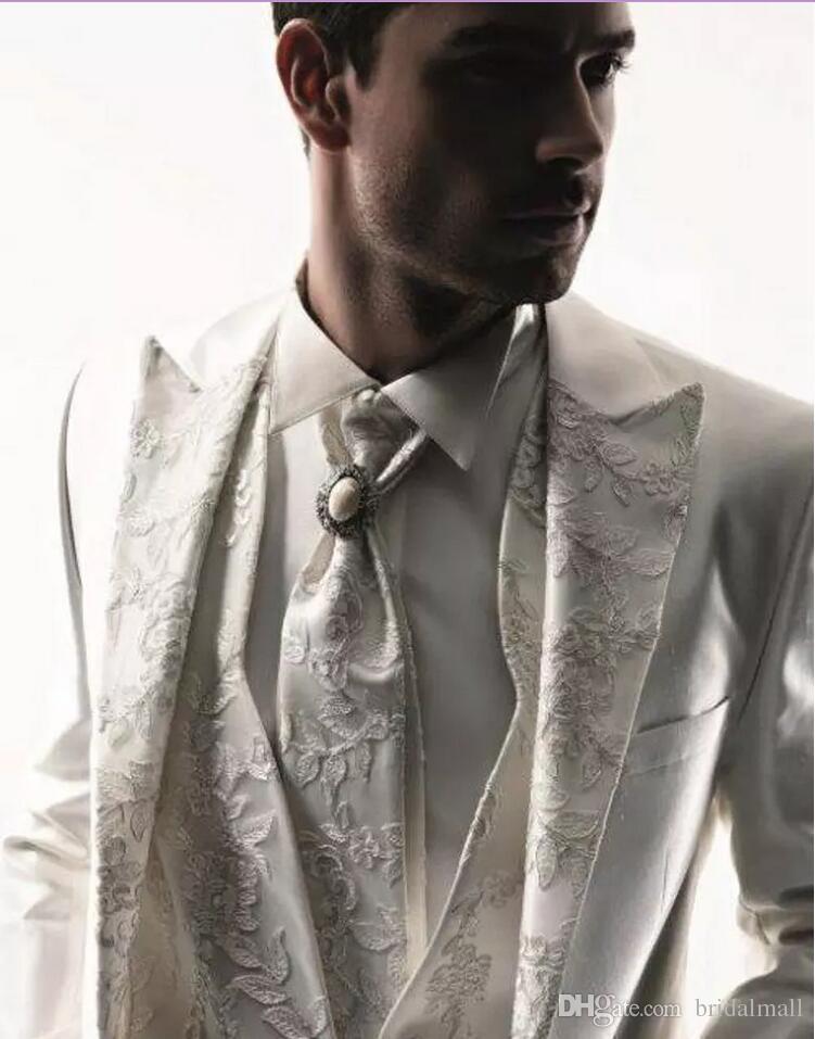 Classy White Wedding smoking Slim Fit Completo uomo ricamo Groomsmen abito a tre pezzi economici Prom abiti formali Jacket + Pants + vest