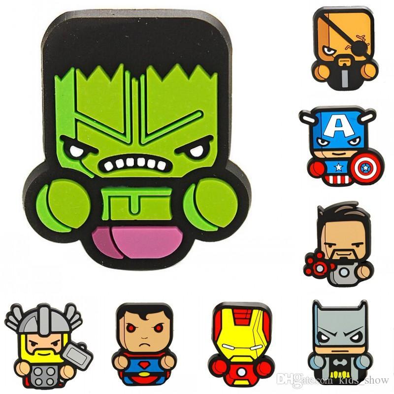 b6d2f88f8d Compre Os Desenhos Animados Os Vingadores Broche Capitão América Ícone Hulk  Homem Superman Silicone Broches Pinos Crianças Brinquedos Presentes  Chirstmas De ...