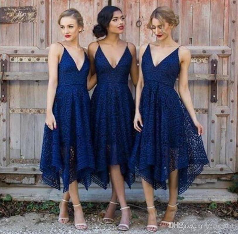 2019 Nuevos vestidos de dama de honor Tea-length Blush Pink Navy Blue Lace Irregular Hem V Neck Maid of Honor Fiesta de bodas en el país Vestidos de invitados