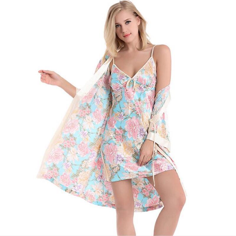 Acquista 2018 Abito Donna In Seta Camicia Da Notte Set Sexy In Seta Con  Vestaglia Set Pigiama In Raso Mezza Maniche Kimono Floreale Abito E Camicia  Da Notte ... b1803f499c6