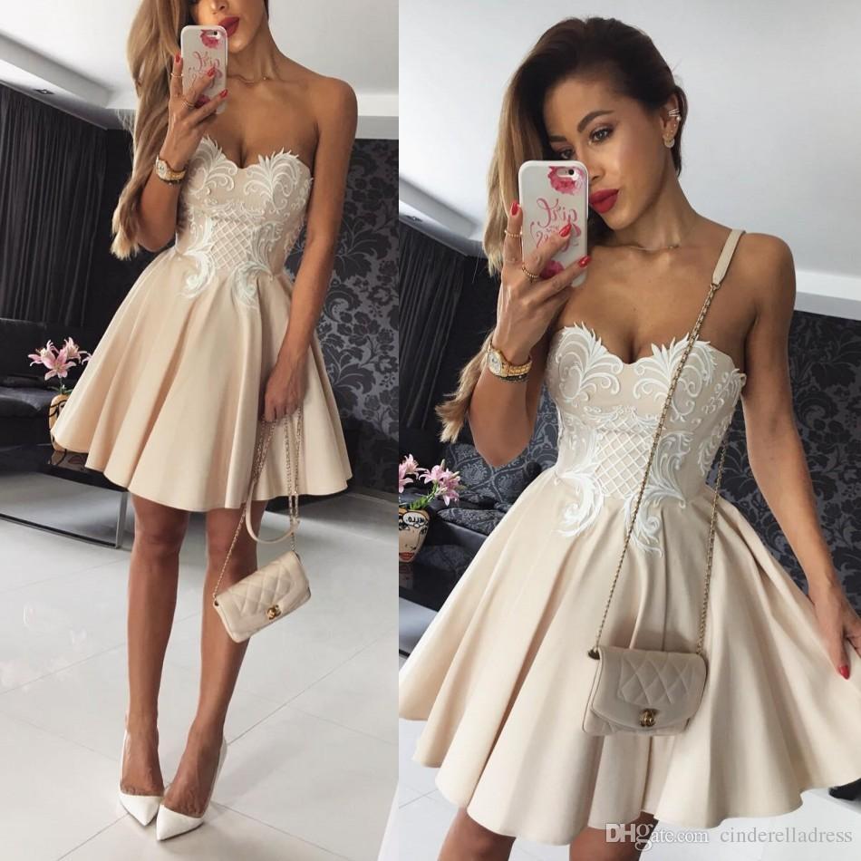 7ae41ad9d38 Satın Al 2018 Kısa Mezuniyet Elbiseleri Sevgiliye A Hattı Saten Şampanya  Ile Beyaz Dantel Aplike Custom Made Kokteyl Elbiseleri Homecoming Elbise  Güz