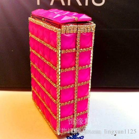 Fashion trendsetter 20 instalado en el hábito de fumar cigarrillos para promover la personalidad de humo de alto grado de diamantes de alto grado.