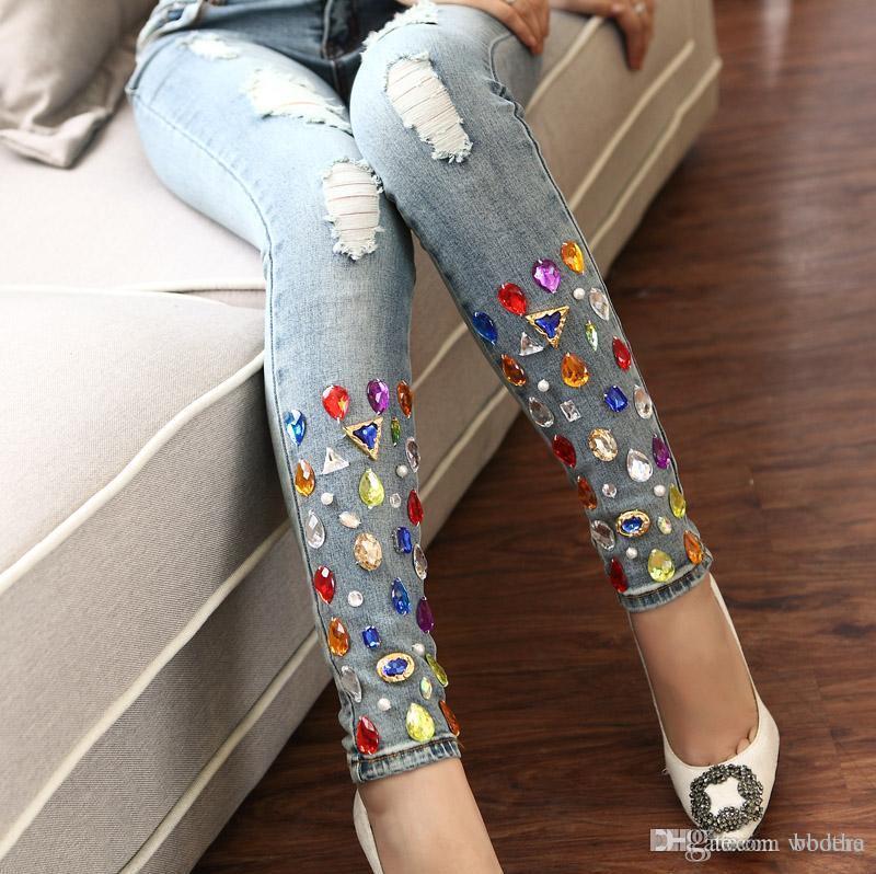 Compre Venta Al Por Mayor Pantalones Vaqueros De Diamantes Brillantes De La  Primavera De Nueva Mujer Con Pedrería Hecha A Mano Para Mujer 05efeee6bf73