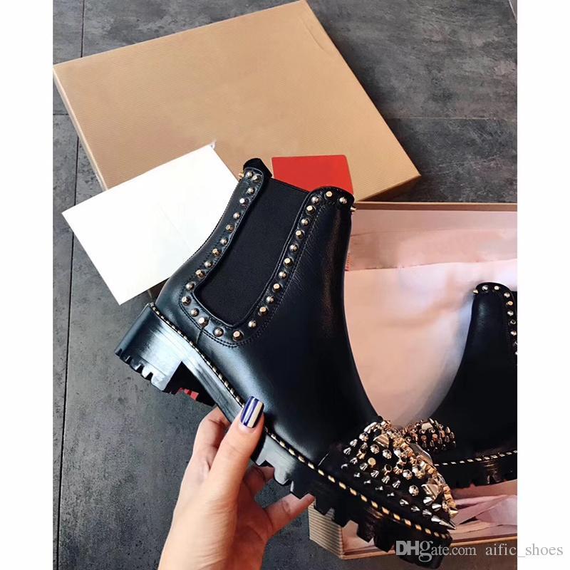 ad24ac3e22 Großhandel Neue Ankle Booties Winter Mode Frauen Sexy Spikes Flache Stiefel  Schwarz Rot Boden Schuh Aus Echtem Leder Metall Casual Designer Stiefel  Größe 35 ...